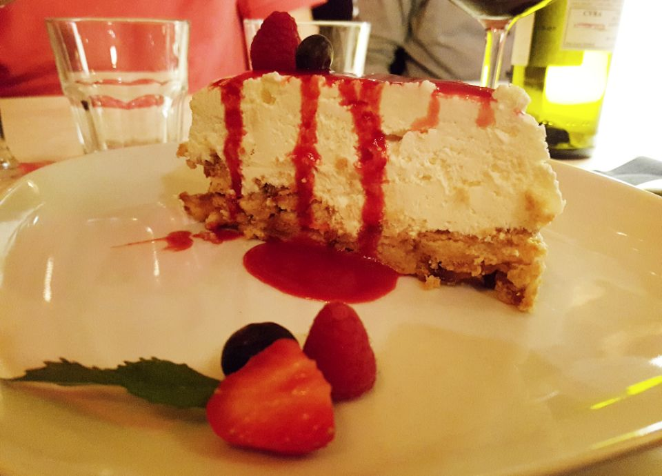 SteakHouse-district-cheese-cake-fruits-rouges