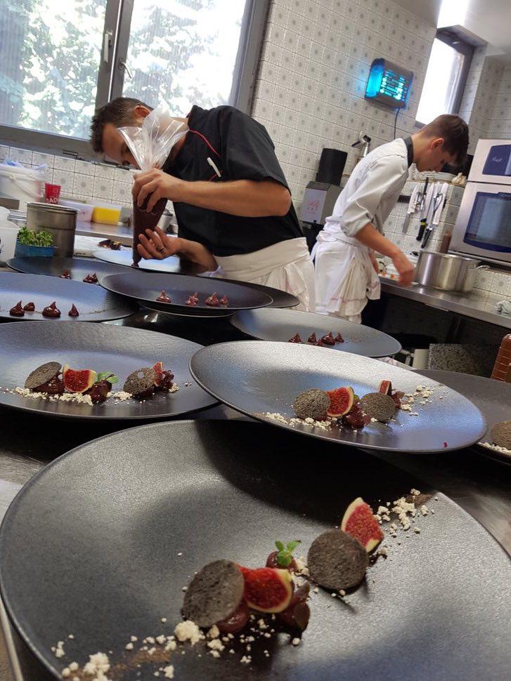 montage assiette en cuisine