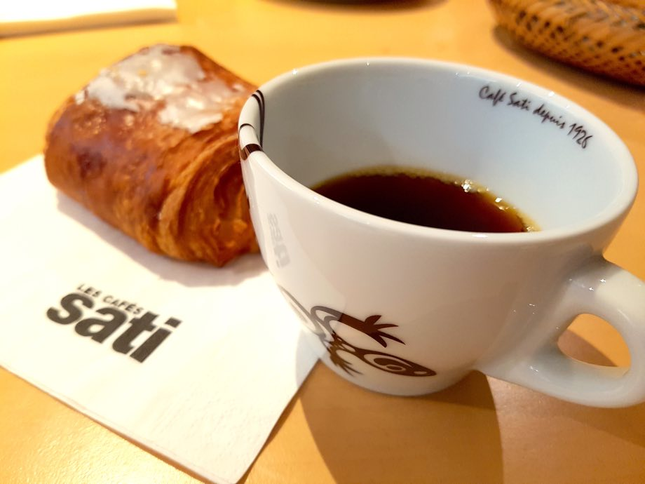 Les Cafés Sati tasse et pain au chocolat