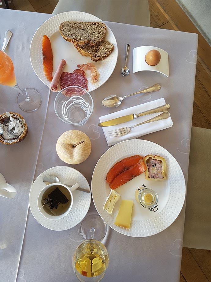 assiette-petit-dejeuner-auberge-cheval-blanc