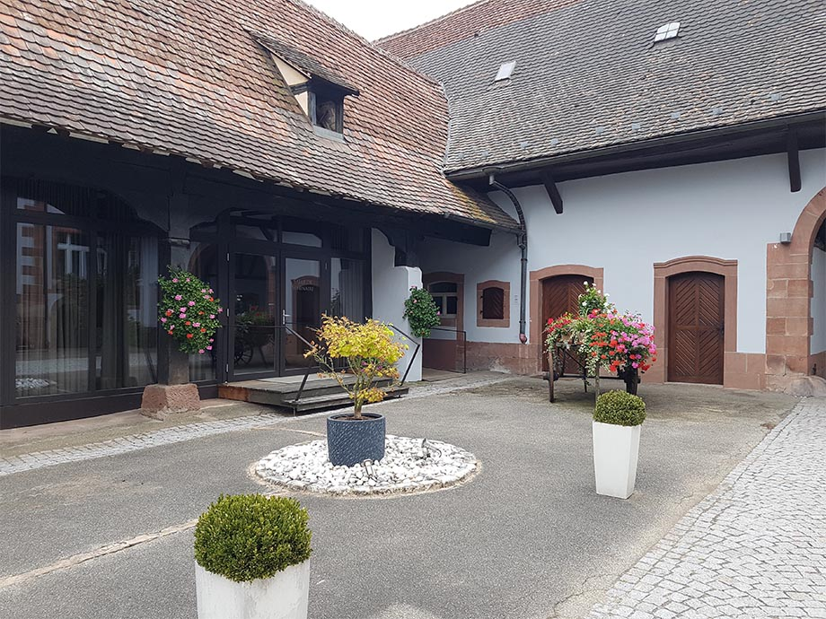 cour-auberge-cheval-blanc-lembach-miss-elka
