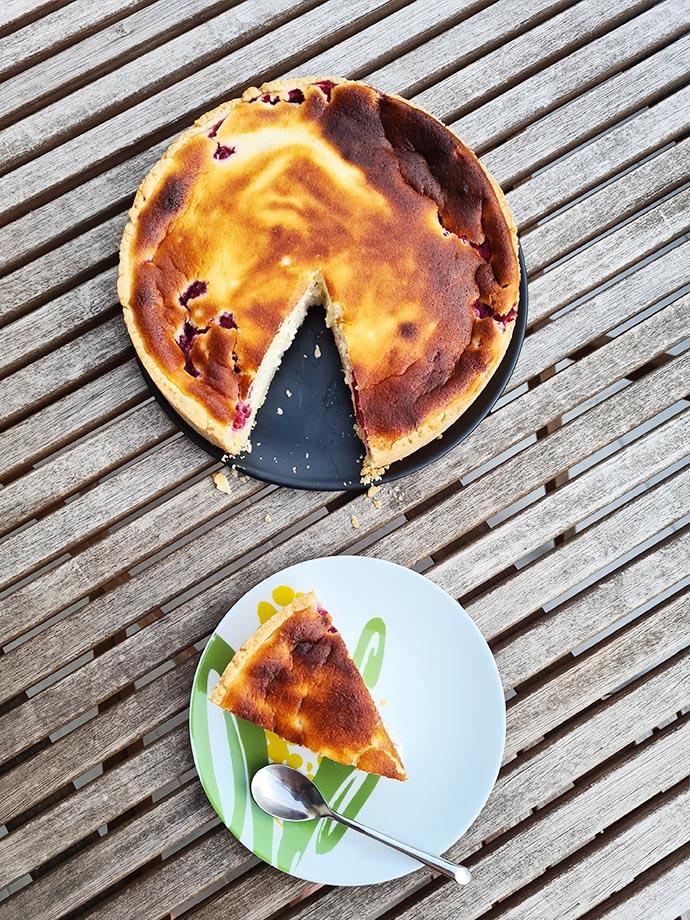 tarte-fromage-blanc-framboise-entiere-et-part